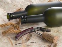 De flessen en de kurketrekker van de wijnstok stock afbeeldingen
