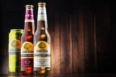 De flessen en kunnen van Somersby-cider drinken Stock Afbeeldingen