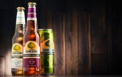 De flessen en kunnen van Somersby-cider drinken Stock Foto's