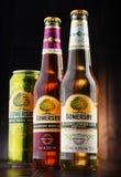 De flessen en kunnen van Somersby-cider drinken Royalty-vrije Stock Foto's