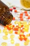 De flessen van de geneeskunde met pillen stock afbeeldingen