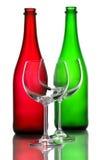 De flessen van de kleurenwijn en wijnglazen Royalty-vrije Stock Afbeeldingen