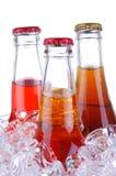 De Flessen van de soda in ijsEmmer stock fotografie