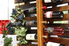 De flessen van de wijn die voor verkoop worden getoond Stock Fotografie