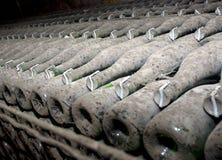 De flessen van de wijn in een kelder Stock Foto's