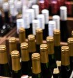 De Flessen van de wijn in een winkel Stock Afbeeldingen