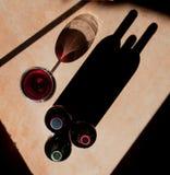 De Flessen van de wijn en het Glas van de Wijn Stock Foto