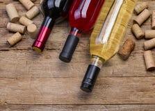 De flessen van de wijn en kurkt stock afbeelding