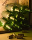 De Flessen van de wijn in Houten Krat Royalty-vrije Stock Fotografie