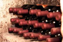 De flessen van de wijn in kelder Royalty-vrije Stock Afbeelding