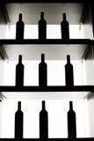 De flessen van de wijn op een plank Stock Afbeelding