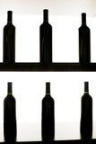 De flessen van de wijn op een plank Royalty-vrije Stock Afbeelding