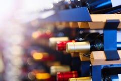 De flessen van de wijn op een plank Stock Foto