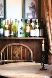 De flessen van de wijn op lijst Stock Foto