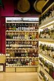 De Flessen van de wijn op Plank Stock Afbeelding