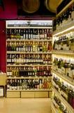 De Flessen van de wijn op Plank Stock Foto's