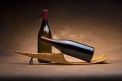 De flessen van de wijn op tribune Stock Foto's