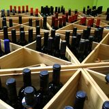 De Flessen van de wijn in Plank Stock Fotografie