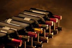 De flessen van de wijn in rek Royalty-vrije Stock Foto's
