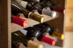 De flessen van de wijn in rek Royalty-vrije Stock Afbeelding