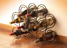 De flessen van de wijn in rek Royalty-vrije Stock Foto
