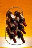 De flessen van de wijn in rek Royalty-vrije Stock Fotografie