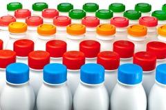 De flessen van de yoghurt Stock Foto's