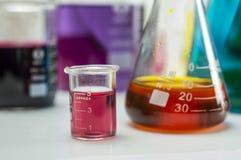 De flessen van het chemielaboratorium stock afbeeldingen