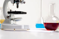 De flessen van het laboratorium, buizen, microscoop, laboratoriumwerkplaats Royalty-vrije Stock Afbeelding