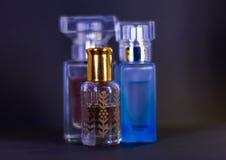 De flessen van het parfumglas op lijst samen worden geplaatst die royalty-vrije stock foto