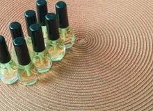 De flessen van het vloerpoetsmiddel op de lijst royalty-vrije stock afbeeldingen