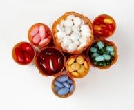 De flessen van het voorschrift die met kleurrijke medicati worden gevuld Stock Foto