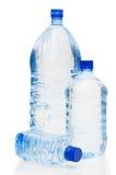 De flessen van het water die op de witte achtergrond worden geïsoleerdk Royalty-vrije Stock Afbeeldingen