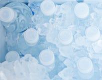 De flessen van het water in ijs royalty-vrije stock afbeeldingen