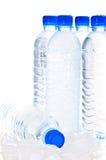 De flessen van het water op ijs over wit Royalty-vrije Stock Afbeelding
