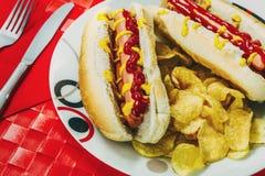 De flessen van de ketchup en van de mosterd op achtergrond stock fotografie