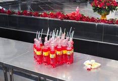 De flessen van sprankelend drinken aardbei Fanta stock fotografie