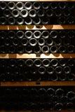 De flessen van de wijn in kelder royalty-vrije stock afbeeldingen