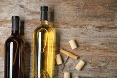 De flessen wijn en kurkt Stock Afbeeldingen