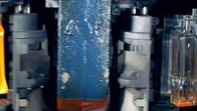 De flessen worden gevormd en door een fabrieksmachine verwarmd stock video