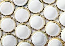 De flessencaps.abstract achtergrond van het metaalbier op een witte achtergrond Royalty-vrije Stock Fotografie