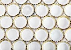 De flessencaps.abstract achtergrond van het metaalbier op een witte achtergrond Stock Fotografie
