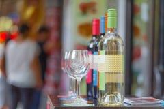 De flessenwinkel verkoopt wijnen en biedt wijn het proeven ervaringen in openluchtstraatbar aan Stock Afbeeldingen