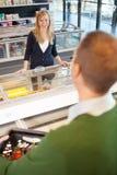 De Flirt van de Opslag van de kruidenierswinkel Stock Afbeelding
