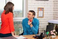De flirt van het bureaupersoneel in de werkplaats stock afbeelding