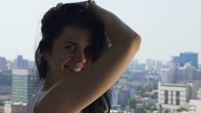 De flirtende glimlachende vrouw, aanbiddelijke leuke dame voelt mooie gelukvreugde van het leven stock footage