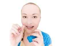 De flossing tanden van de vrouw royalty-vrije stock afbeelding