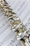De fluit legt over bladmuziek royalty-vrije stock afbeelding