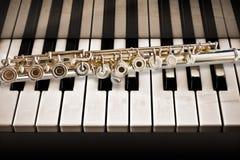 De fluit op de Piano Royalty-vrije Stock Afbeelding