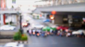De focus der Ampel an der Kreuzung stock video footage